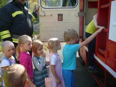Čtení v knihovně, ukázka hasičského auta a projížďka